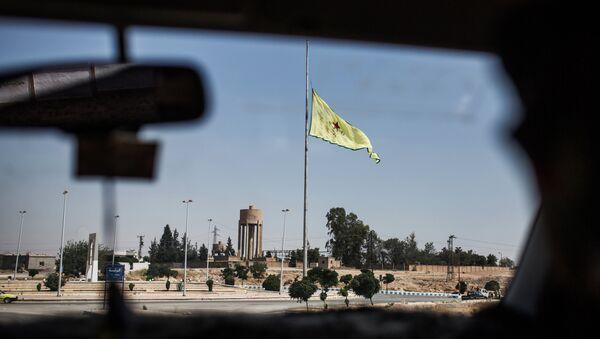 Флаг сил самообороны сирийских курдов (YPG) в провинции Ракка недалеко от границы с Турцией