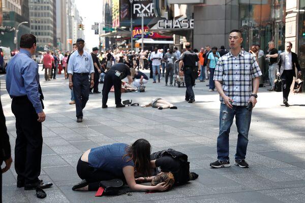 Пострадавшие на месте наезда автомобиля на людей на Таймс-Сквер в Нью-Йорке
