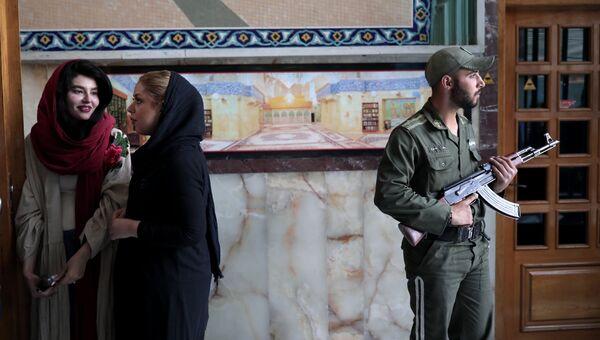 Люди возле избирательного участка в Тегеране