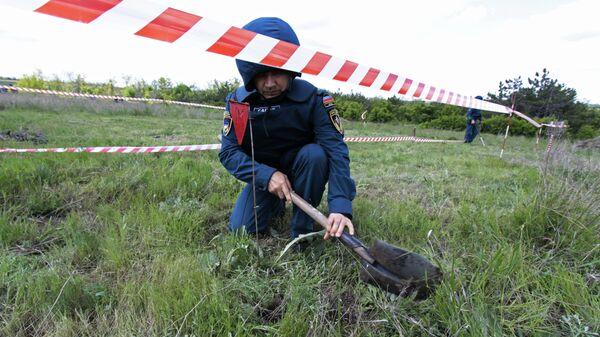 Сотрудники МЧС Донецкой народной республики проводят разминирование участка на территории села Солнцево в Донецкой области