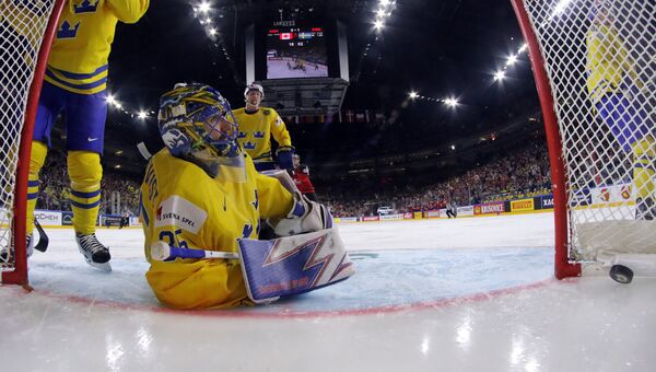 Вратарь сборной Швеции Хенрик Лундквист пропускает шайбу в финальном матче чемпионата мира по хоккею 2017 между сборными командами Канады и Швеции