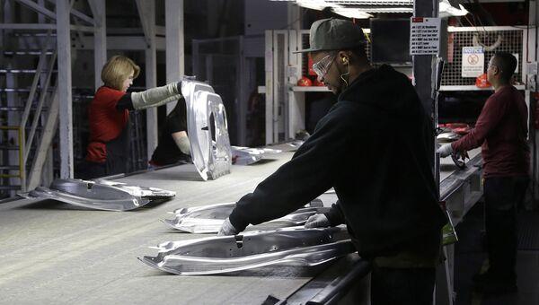 Рабочие на заводе Tesla в Фремонте, Калифорния