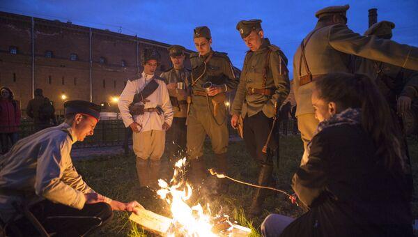 Участники исторической реконструкции во время международной акции Ночь музеев в Военно-историческом музее артиллерии в Санкт-Петербурге