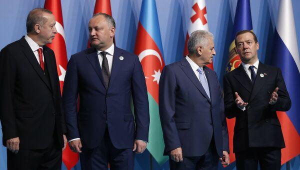 Председатель правительства РФ Дмитрий Медведев принимает участие в совместном фотографировании глав делегаций стран-участниц ОЧЭС в Стамбуле. 22 мая 2017