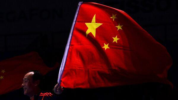 Мужчина с флагом Китая