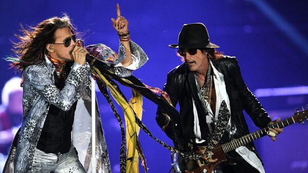 Солист американской группы Aerosmith Стивен Тайлер (слева) и гитарист Джо Перри во время концерта в спорткомплексе Олимпийский в Москве