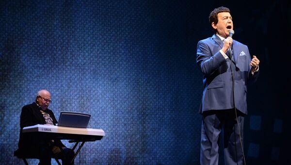Певец Иосиф Кобзон во время выступления на вечере памяти поэта Евгения Евтушенко в Московском театре имени Владимира Маяковского