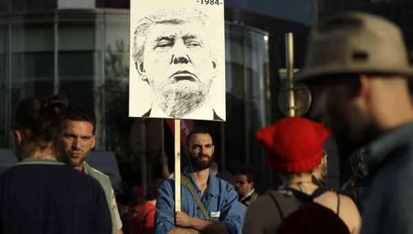 Участники марша по центральной части Брюсселя в знак протеста против визита в столицу Бельгии президента США Дональда Трампа