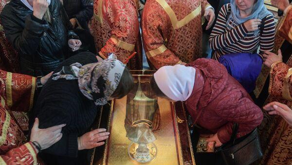Верующие поклоняются ковчегу с мощами святителя Николая Чудотворца в храме Христа Спасителя в Москве