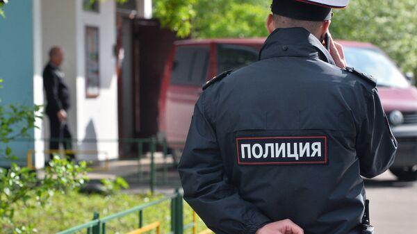 Сотрудник полиции у жилого дома, где сотрудники ФСБ РФ задержали членов террористической группы Исламское государство (ИГ, запрещена в РФ)