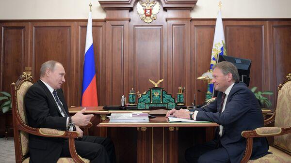 Президент РФ Владимир Путин и уполномоченный при президенте РФ по защите прав предпринимателей Борис Титов во время встречи. 26 мая 2017