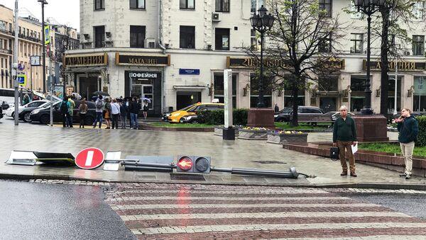 Поваленный ураганом светофор на Тверском бульваре в Москве