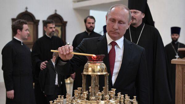 Президента РФ Путин во время посещения Российского духовно-культурного центра в Париже
