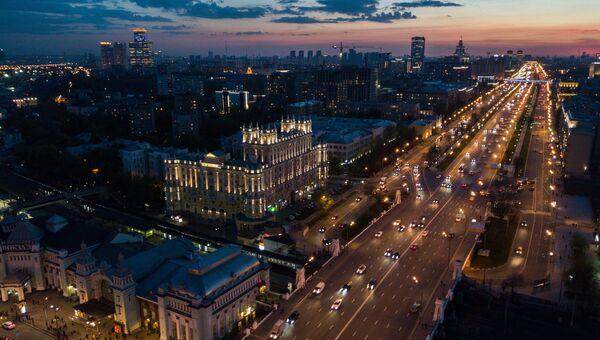 Автомобильное движение на Ленинградском проспекте в Москве. Архивное фото
