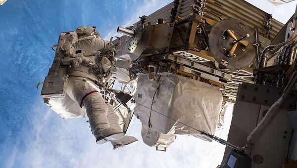 Астронавт НАСА Пегги Уитсон во время выхода в открытый космос 12 мая 2017