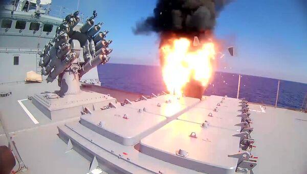 Фрегат Адмирал Эссен ВМФ РФ запускает крылатые ракеты Калибр по объектам Исламского государства (ИГ, запрещена в РФ)