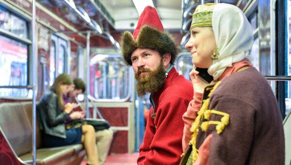 Участники костюмированного мероприятия в вагоне брендированного поезда фестиваля Времена и эпохи в Московском метрополитене