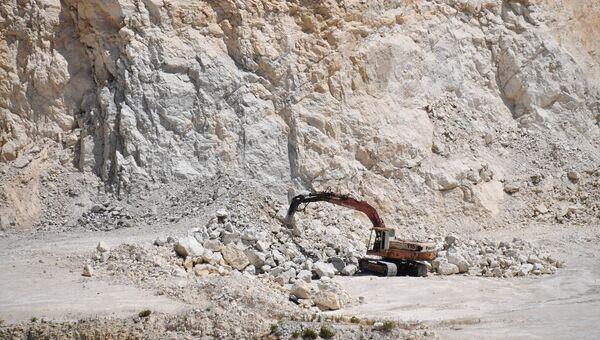 Карьер добычи базальта на территории цементного завода в пригороде сирийского города Тартуса