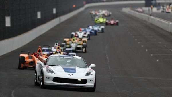 Спортсмены во время заезда гонки на 500 миль Индианаполиса