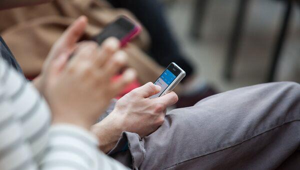 Люди с мобильными телефонами. Архив