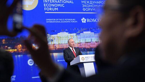 Владимир Путин выступает на пленарном заседании Санкт-Петербургского международного экономического форума 2017. 2 июня 2017