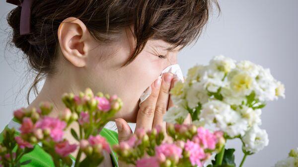 Женщина с аллергией на пыльцу. Архивное фото