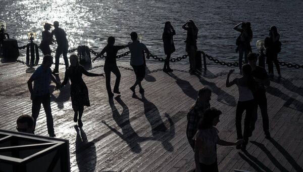 Москвичи занимаются танцами в Центральном парке культуры и отдыха имени Горького. Архивное фото