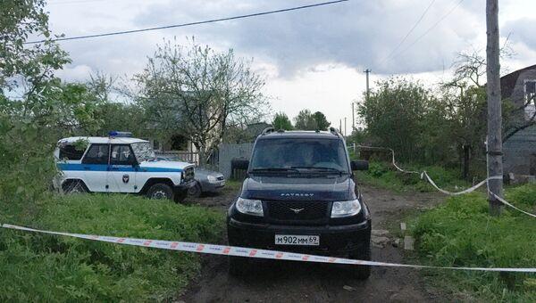 Автомобиль полиции рядом местом массового убийства в поселке Редкино