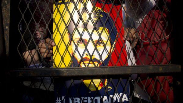 Плакат и изображением Леопольдо Лопеса в Венесуэле во время протеста за его освобождение