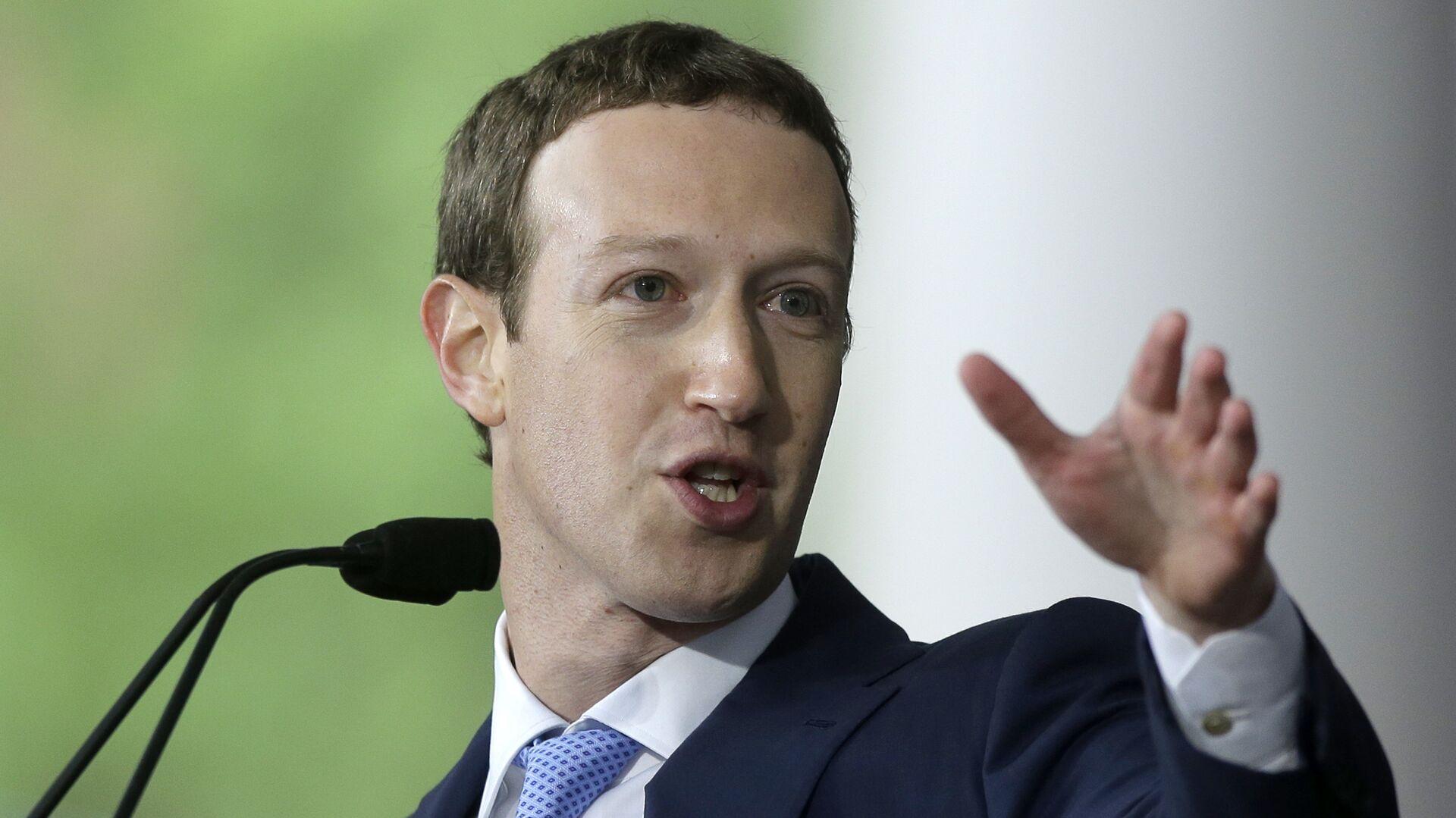 Основатель Facebook Марк Цукерберг во время выступления в Гарварде. Май 2017  - РИА Новости, 1920, 08.08.2020