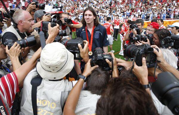 Нападающий футбольного клуба Барселона Лионель Месси позирует фотографам