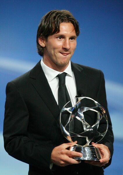 Нападающий футбольного клуба Барселона Лионель Месси получил премию Футболист года-2009 УЕФА