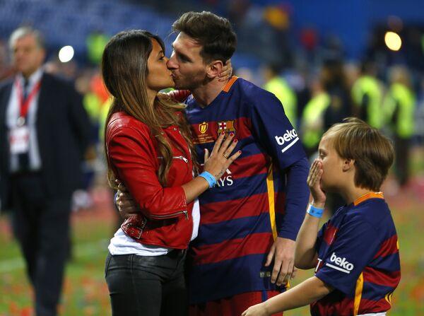 Лионель Месси целует свою жену Антонеллу Роккуццо после матча Барселона-Севилья