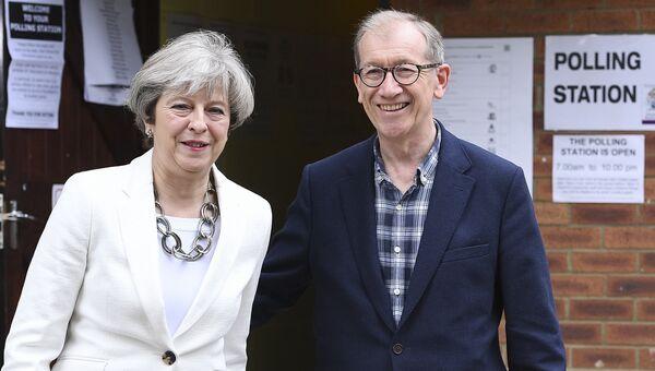 Премьер-министр Великобритании Тереза Мэй возле участка для голосования на досрочных парламетских выборах в Лондоне. 8 июня 2017