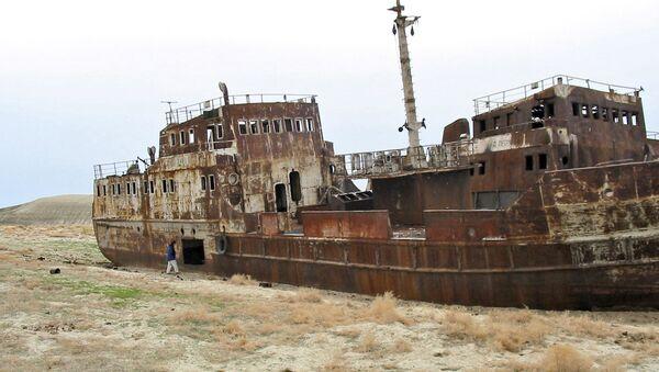 Корабль на высохшем дне Аральского моря. Архивное фото