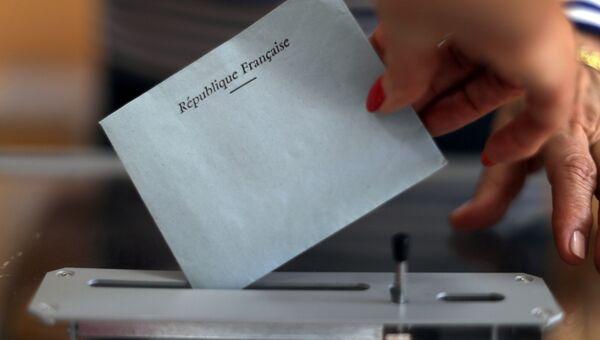 Избирательный бюллетень на избирательном участке во время первого раунда французских парламентских выборов в Ницце