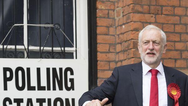 Лидер Лейбористской партии Джереми Корбин у избирательного участка в Лондоне