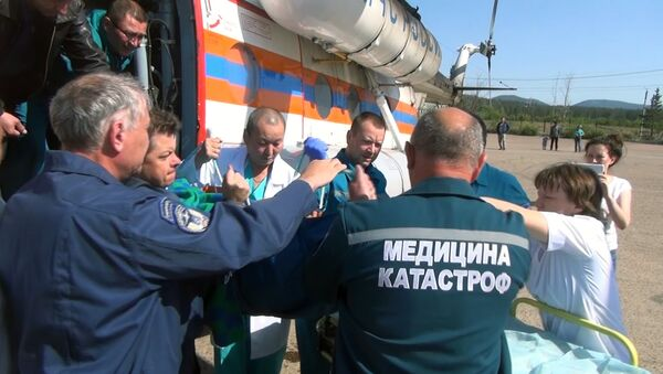 Вертолеты Ми-8 Сибирского регионального центра МЧС России и авиакомпании Бурятские авиалинии производят санитарно-авиационную эвакуацию пострадавших при ДТП из г. Петровск-Забайкальский. 12 июня 2017