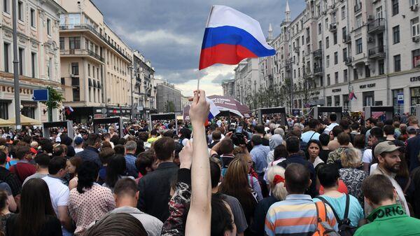Горожане у рамок безопасности на Тверской улице в Москве. 12 июня 2017