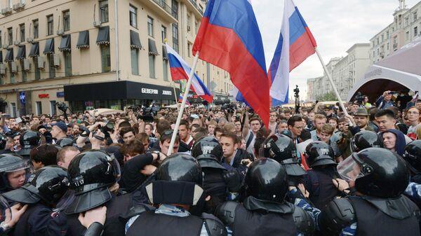 Горожане и полиция во время несанкционированной акции на Тверской улице в Москве. 12 июня 2017