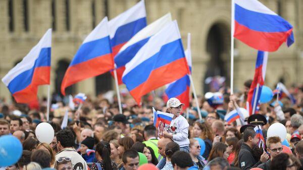 Зрители во время праздничного концерта, посвященного Дню России, на Красной площади. Архивное фото
