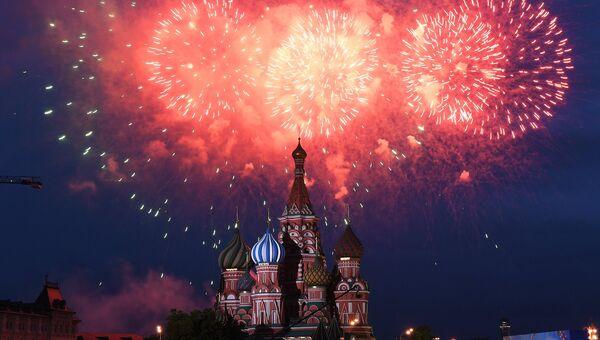 Праздничный салют на Красной площади в Москве. Архивное фото