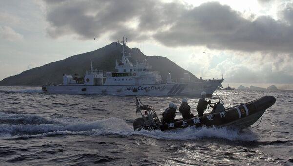 Корабль и шлюпка береговой охраны Японии. Архивное фото