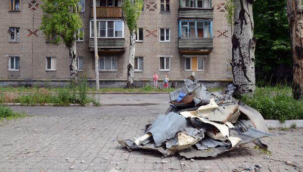 Многоквартирный жилой дом, пострадавший в результате обстрела Киевского района Донецка. 14 июня 2017