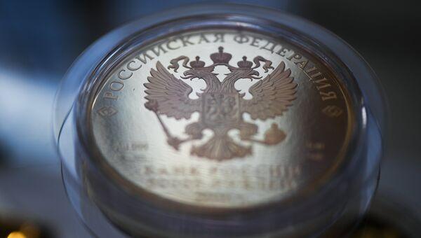 Монета номиналом 50000 рублей. Архивное фото