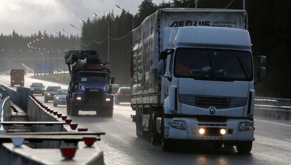 Автомобили на федеральной автомобильной дороге А-181 Скандинавия в Санкт-Петербурге. Архивное фото