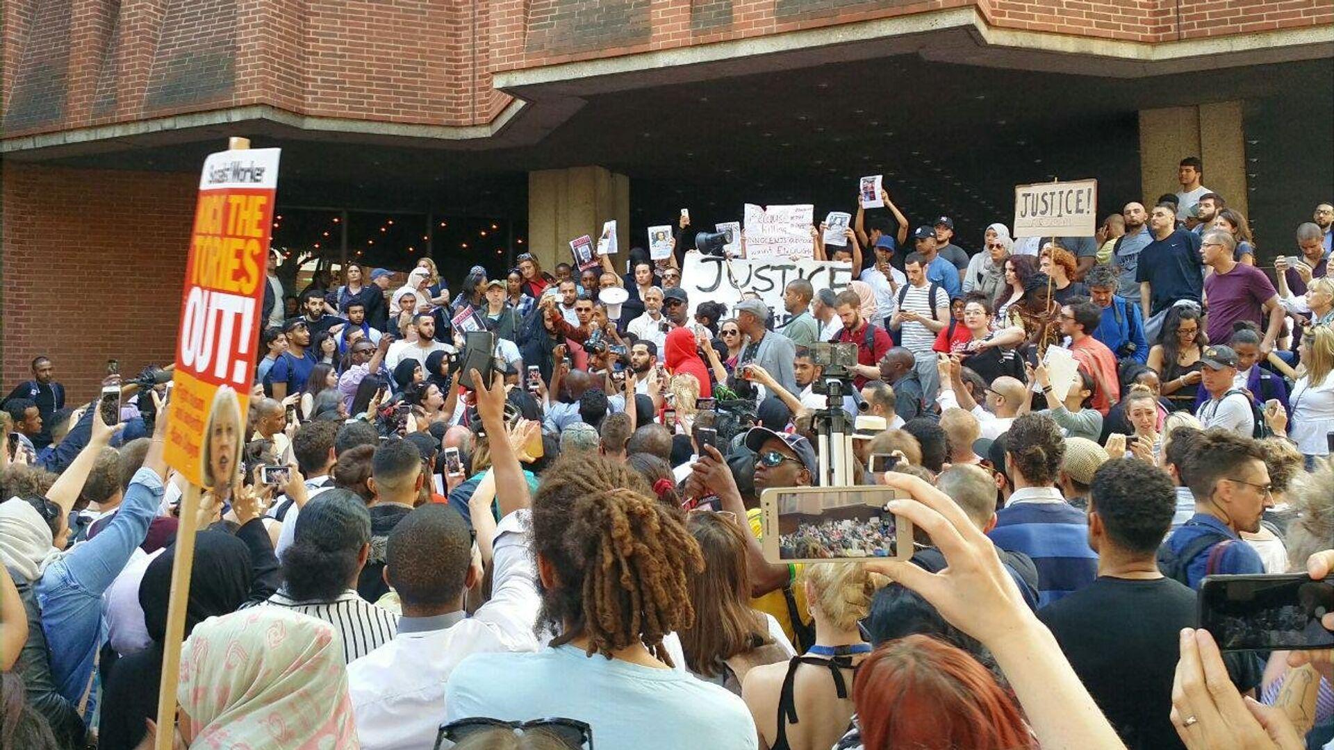 Акция протеста против здания управы лондонского района Кенсингтон и Челси. 16 июня 2017 - РИА Новости, 1920, 26.09.2020