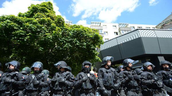 Полицейские во время акции против мигрантов в Берлине.