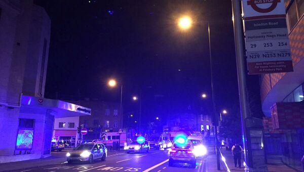 Полиция на месте наезда фургона на толпу людей в Лондоне. 19.06.2017