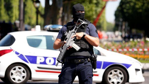 Сотрудник полиции в Париже. Архивное фото